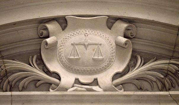 360678_un-relief-representant-la-balance-de-la-justice-au-palais-de-justice-de-paris